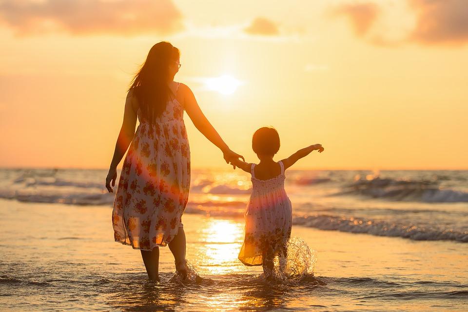 tempo para os filhos - mãe e filha na praia