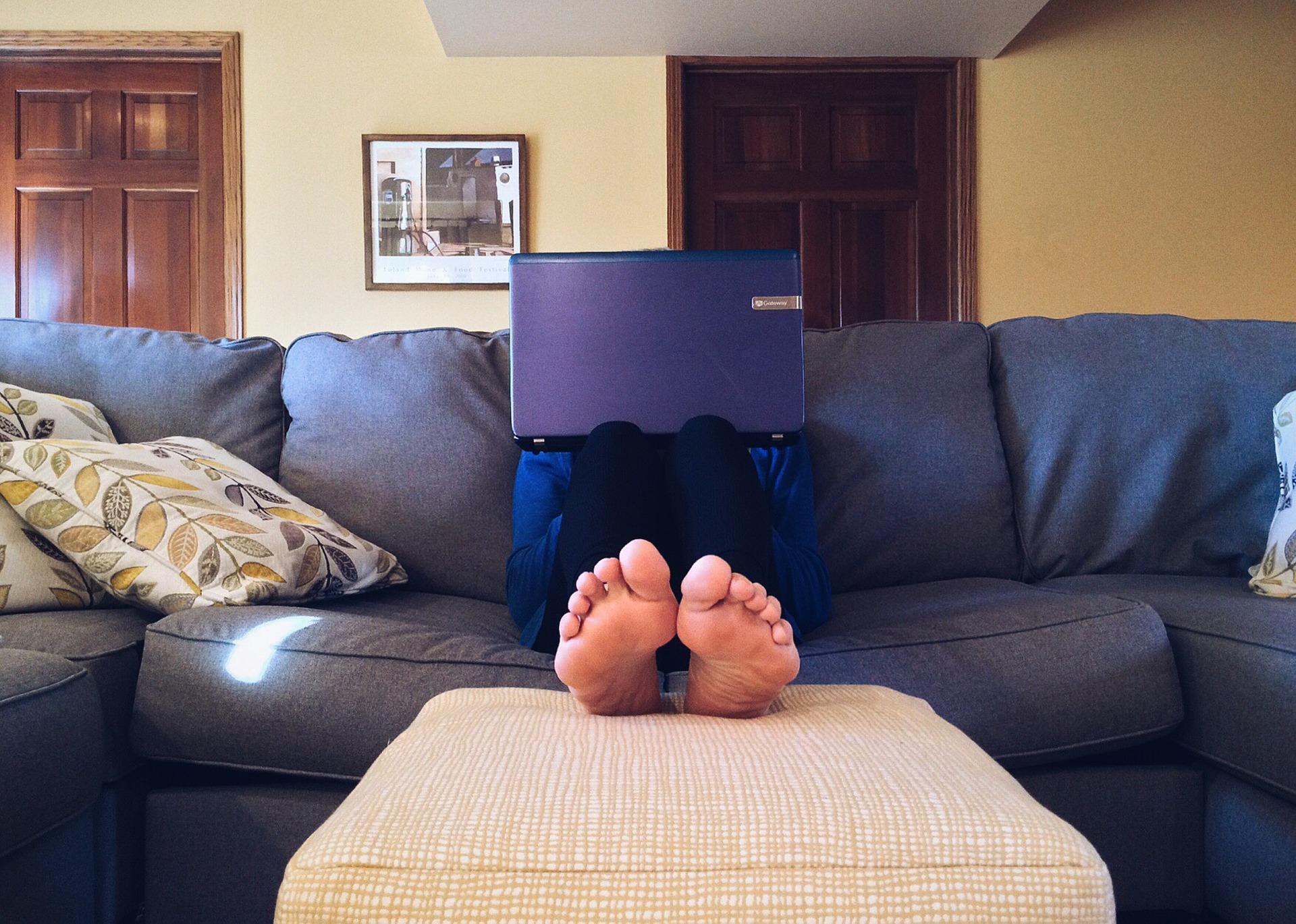 Rapaz sentado no sofá - Hábito de sucesso