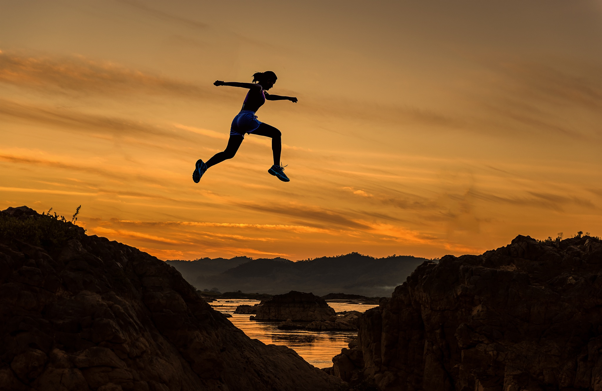 Mulher saltando montanhas - Hábito de sucesso