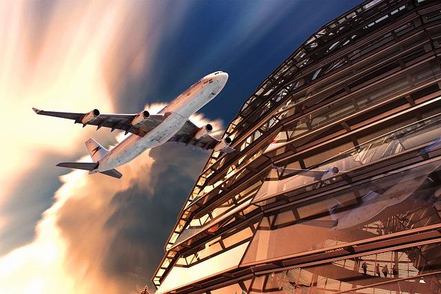 benefícios de viajar sozinho avião