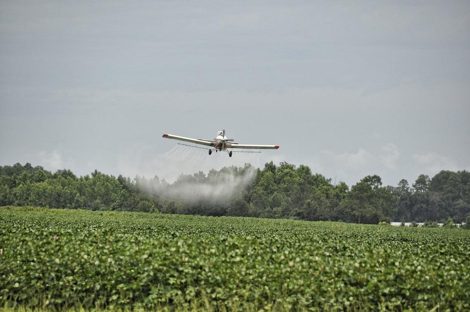 Avião agrícola e agrotóxico