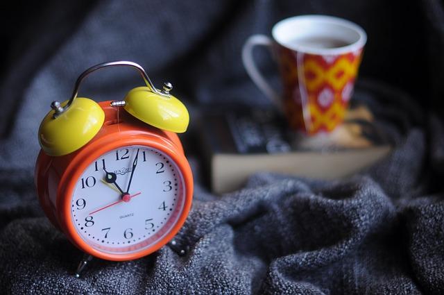 acordar cedo sozinho café