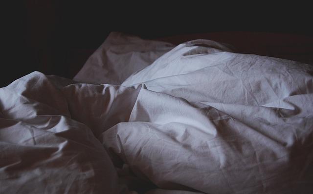 acordar cedo sozinho cama