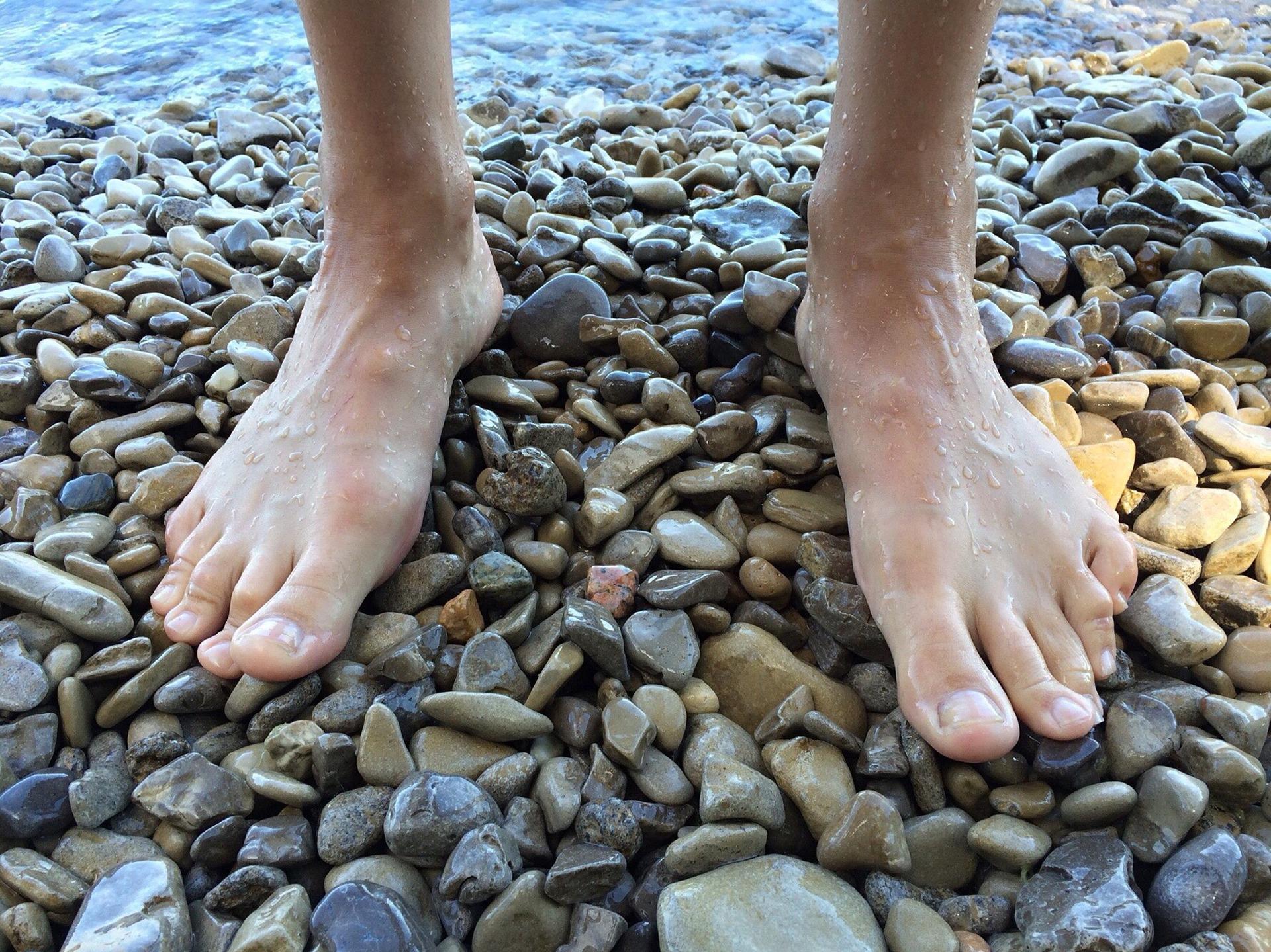 Vendas sandálias para comunidade que anda descalça