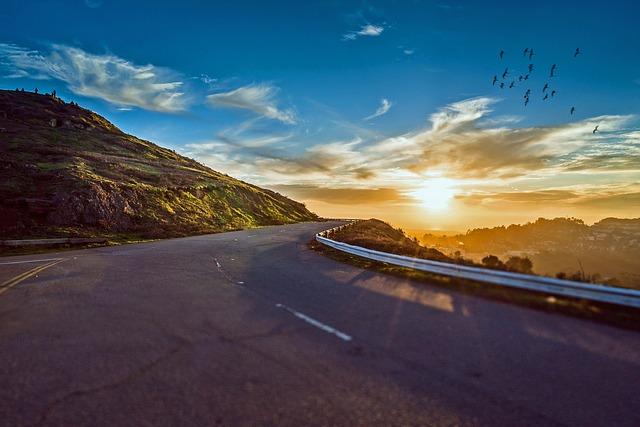 benefícios de viajar sozinho estrada