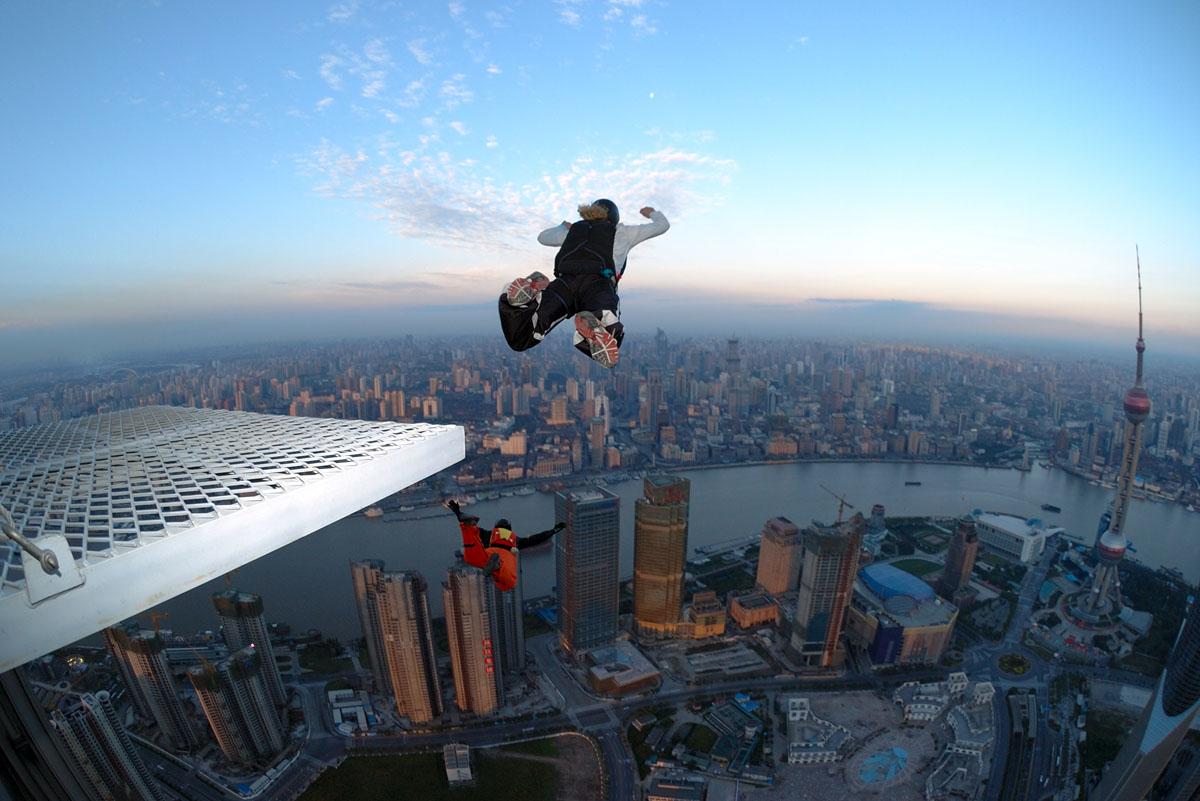 Base jumping é praticado em grandes centros urbanos.