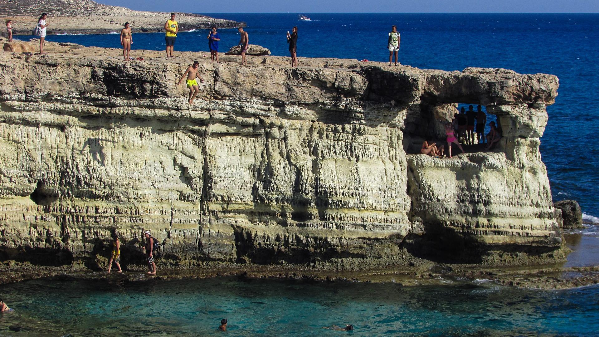 Cliff jump é um salto de aventura que sempre acaba refrescante.