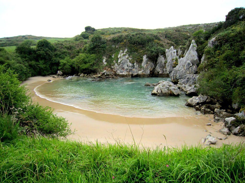 Praia Gulpiyuri é a praia mais estranha do mundo e fica a 100 m do mar