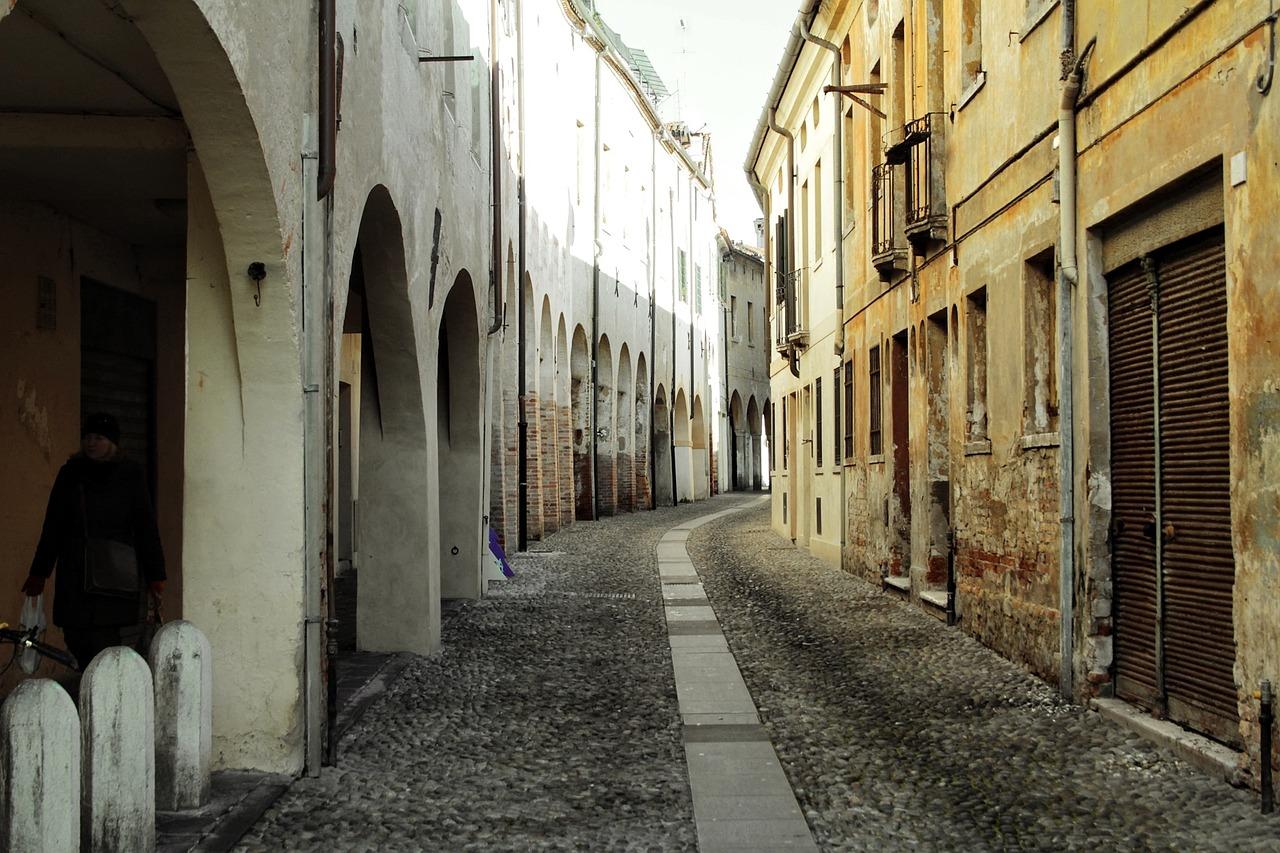 Ruas estreitas - itália de carro