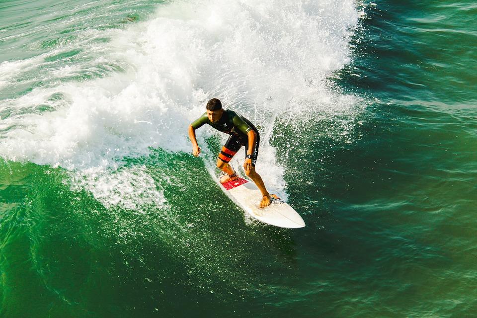 campeonatos de surf pelo brasil - homem surfista