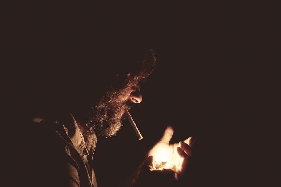 qualidade de vida - homem fumando - vício