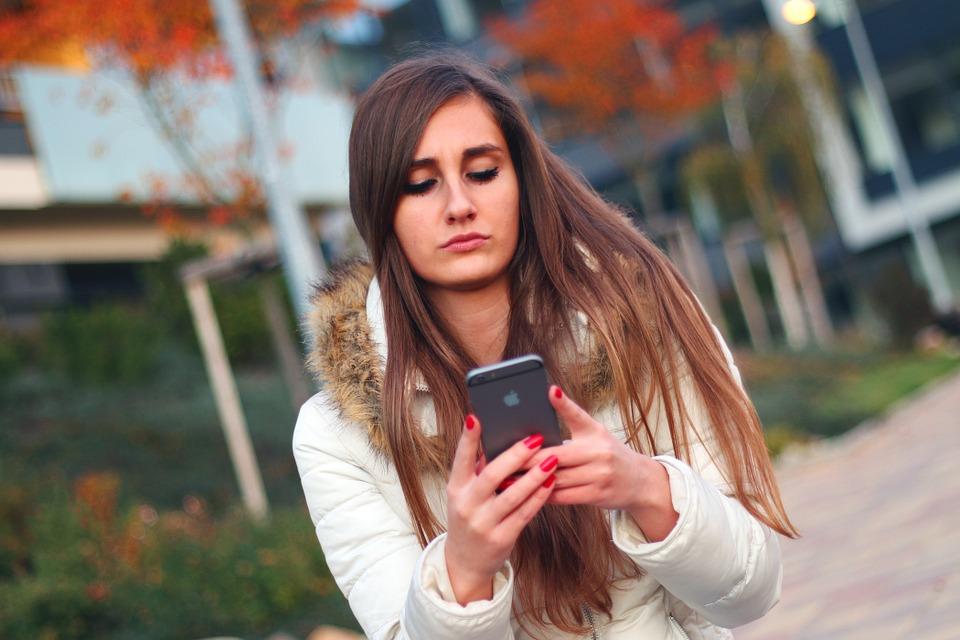 Menina usando celular - vício