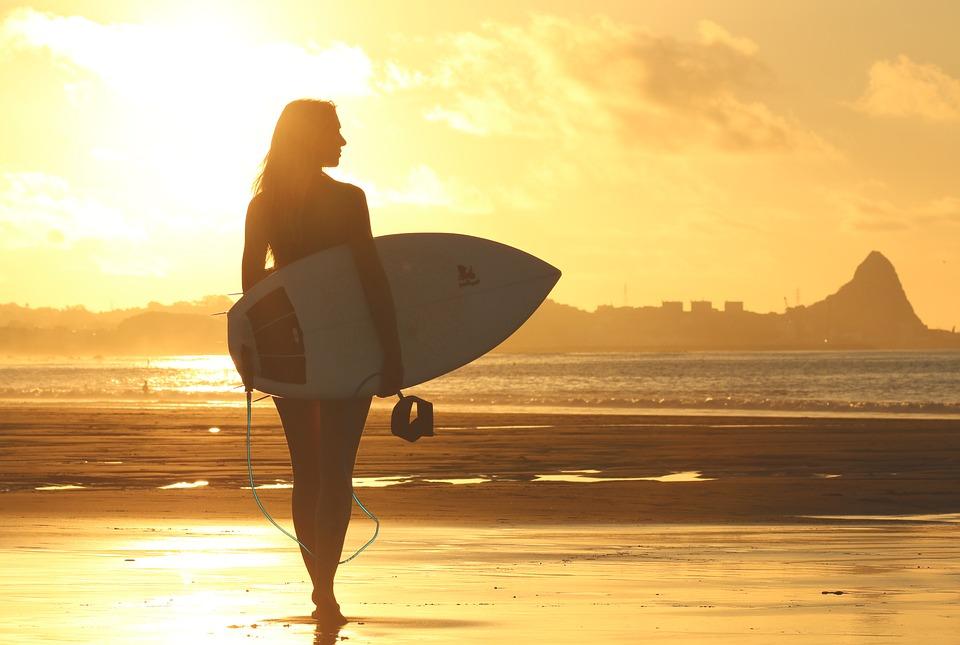 campeonatos de surf pelo brasil - surfista mulher