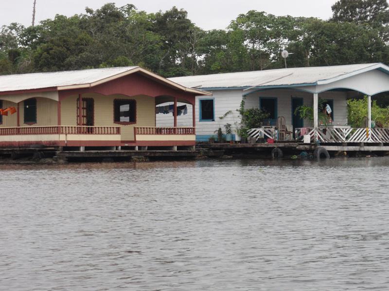 Comunidades ribeirinhas e canais fluviais