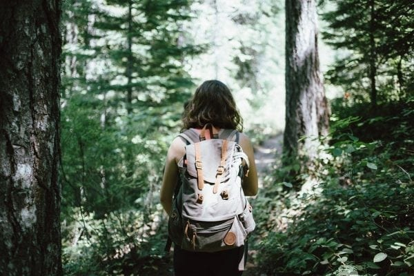 mochileira que viaja sozinha