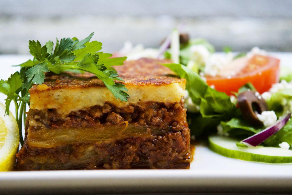 Lembra a lasanha brasileira, mas sua base é batata ou berinjela