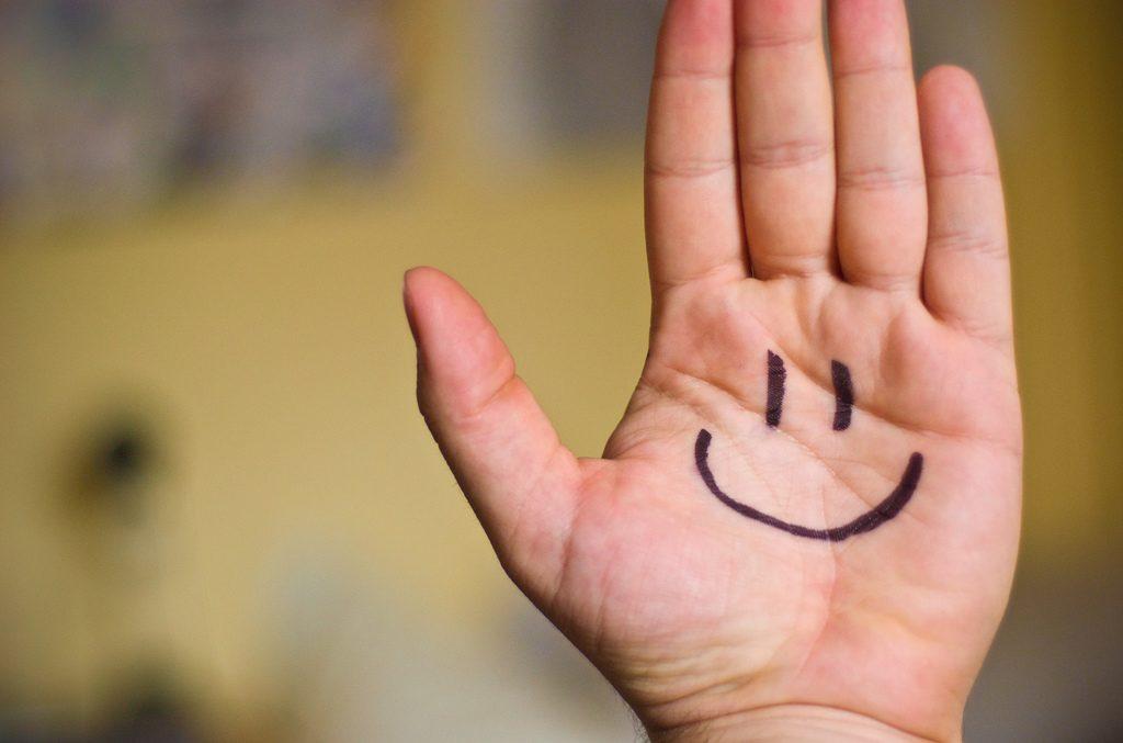 O livro traz opiniões de diferentes pessoas de como se tornar uma pessoa mais positiva