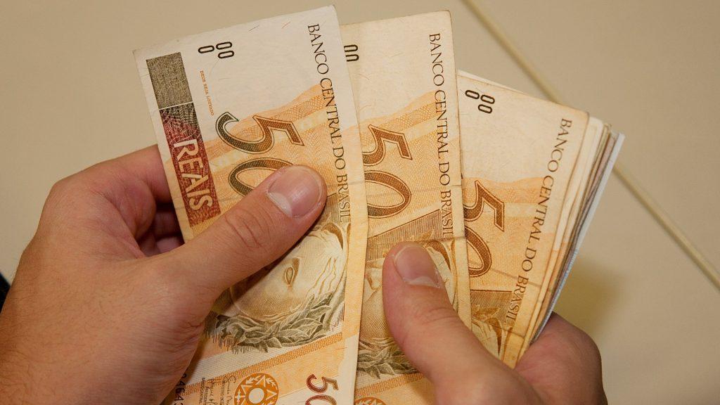 Uma das dicas para melhorar a administração financeira pessoal é investir para render mais receita