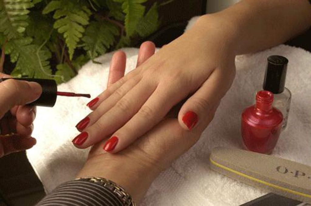 O que fazer para ganhar dinheiro? Trabalhar como manicure é uma boa escolha