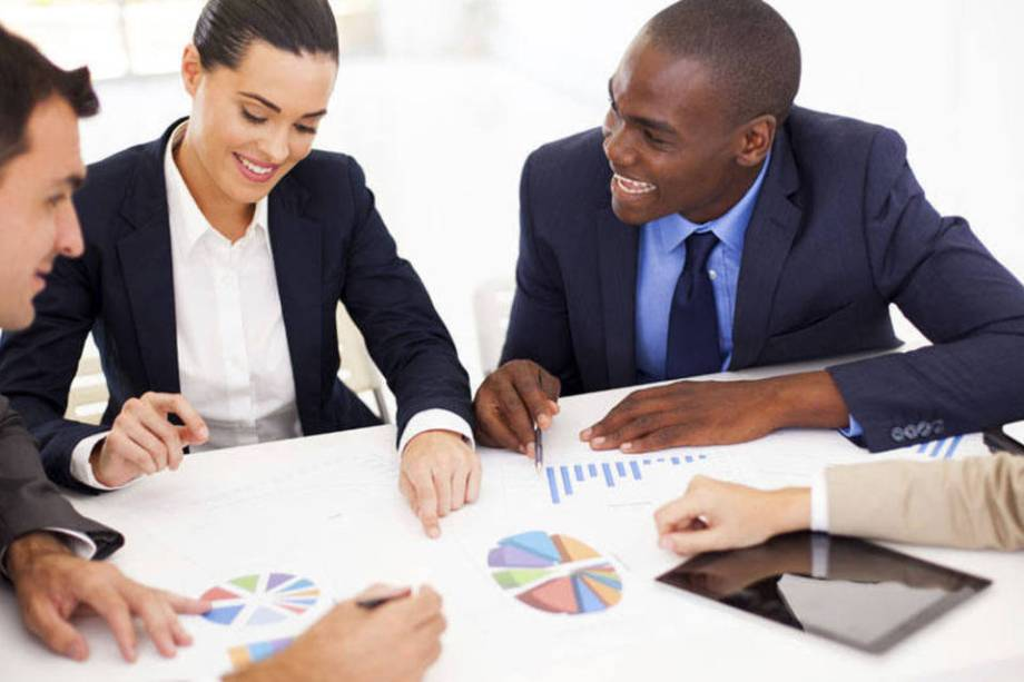 Uma das dicas para desenvolver resiliência no trabalho é manter um bom relacionamento no trabalho