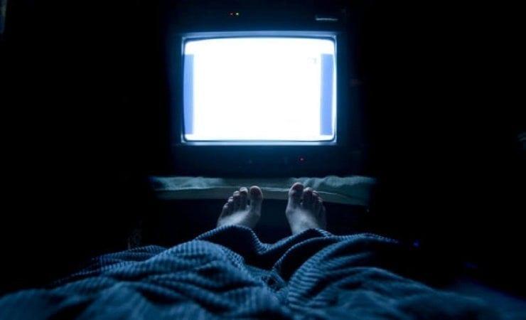 procure dormir televisão desligada