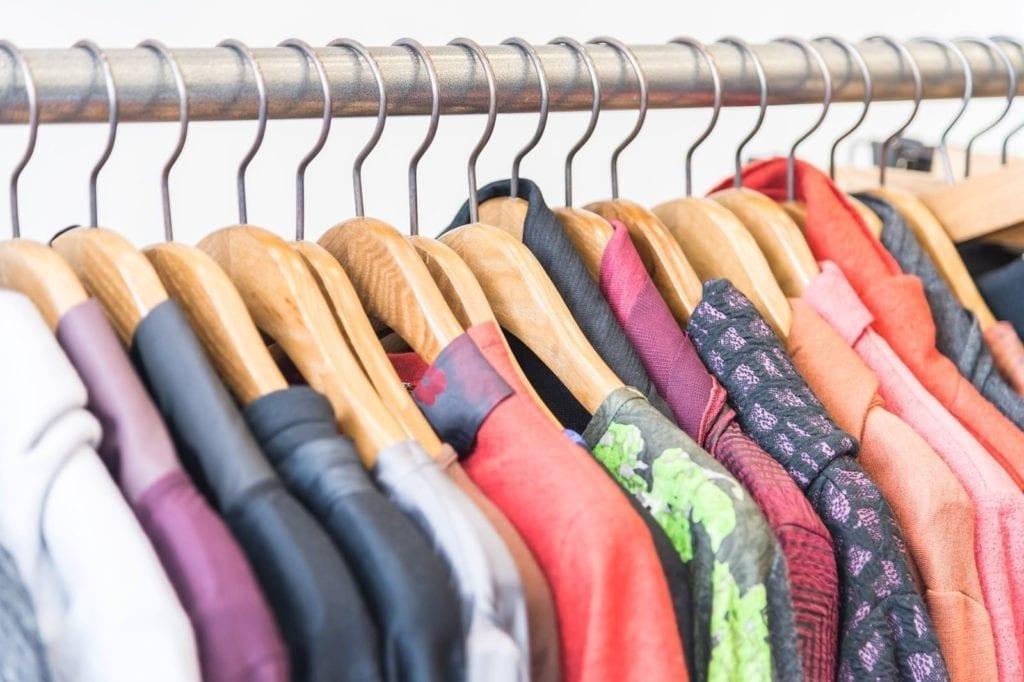 Quem decidir trabalhar com vendas de roupas pode optar em revender ou montar a própria loja