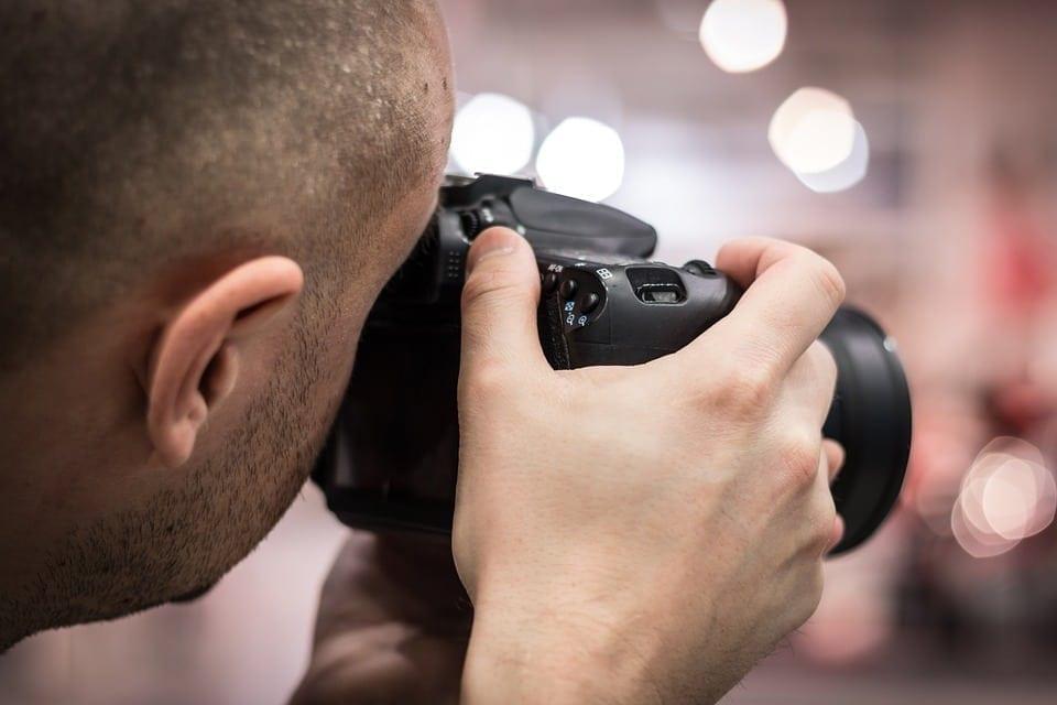 Fotografia infantil, casamento e formatura são algumas das opções no mercado fotográfico.