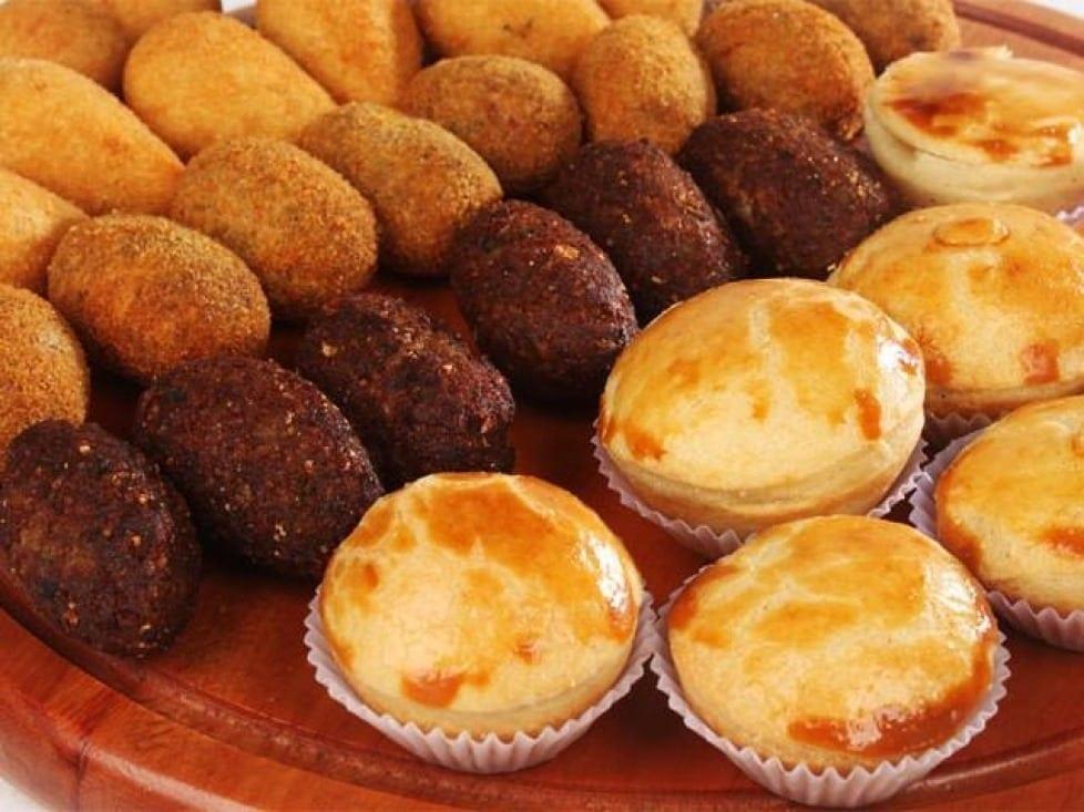Festas e lanchonetes são boas opções para vender salgados em porção.