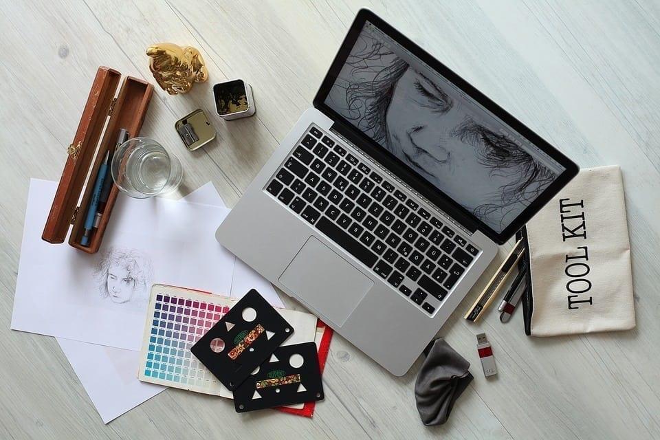 O profissional de design gráfico pode conseguir muitos trabalhos através da internet