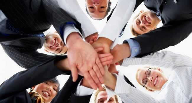equipe reunida e animada