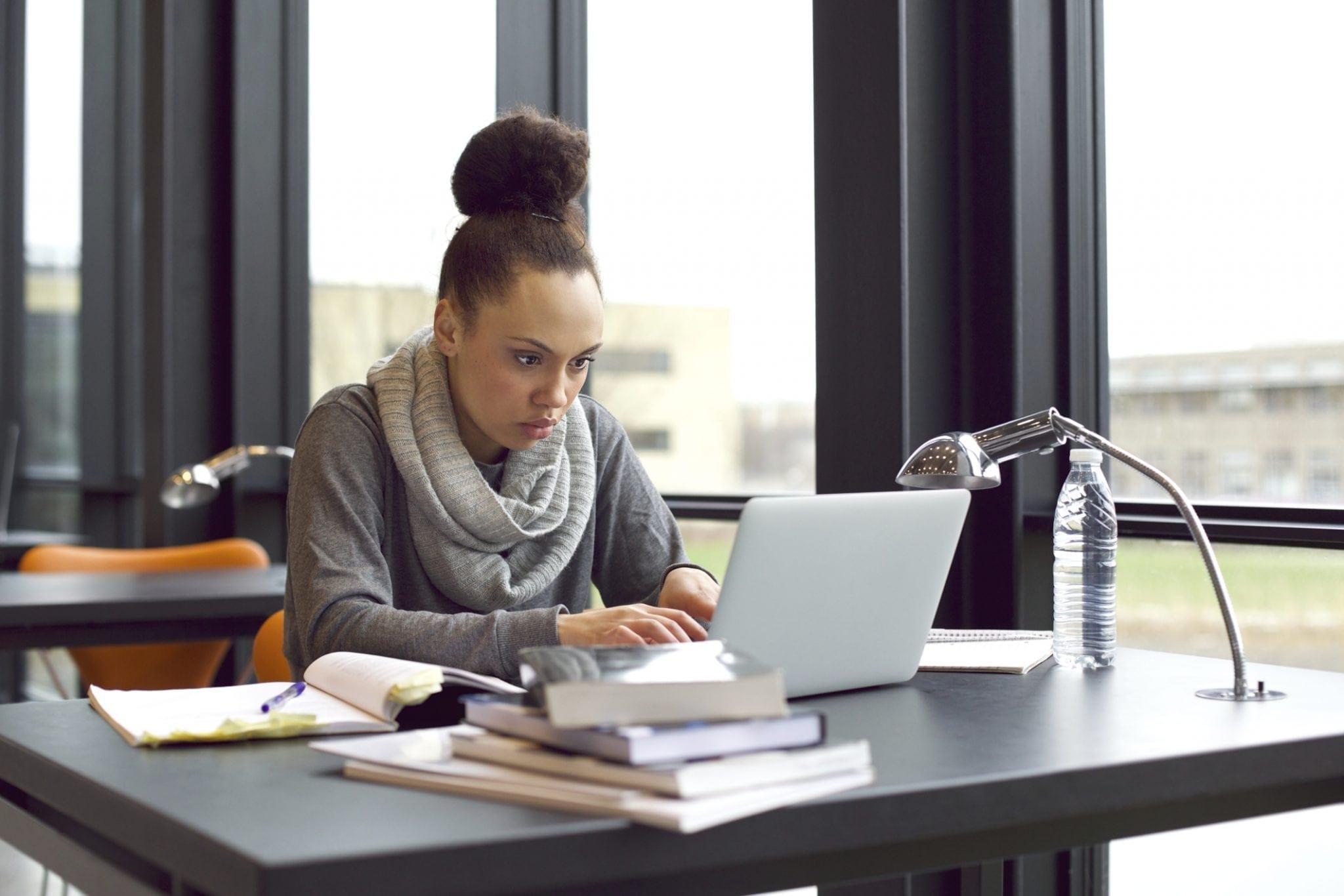 profissional estudando online 3