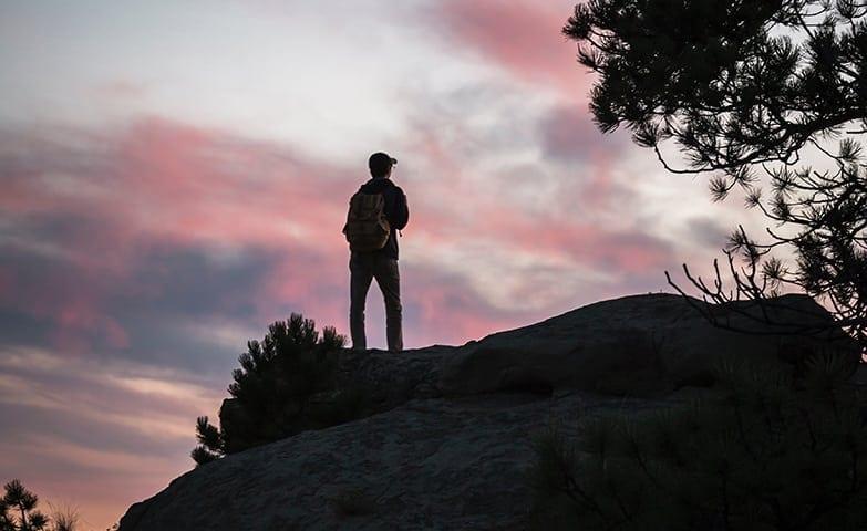 homem no alto da montanha