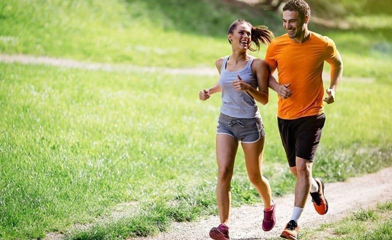 Um casal praticando exercícios juntos