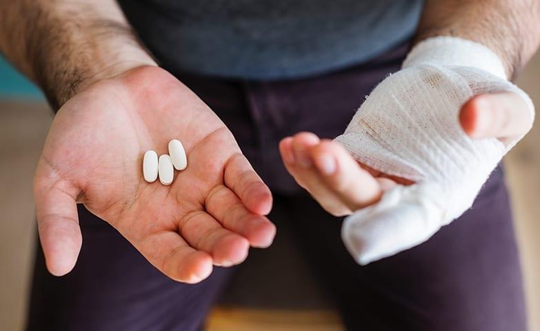 Mãos machucadas devido à lesão do esforço repetitivo (LER)