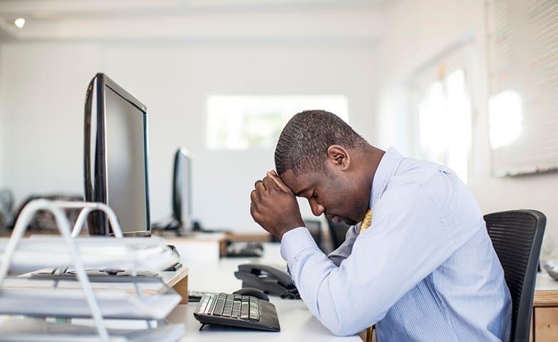 Pessoa se sentindo cansada no trabalho