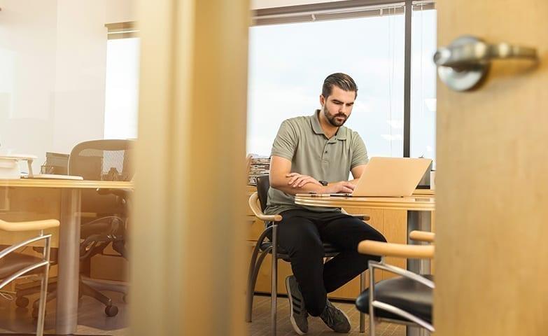 Pessoa bastante focada no ambiente de trabalho