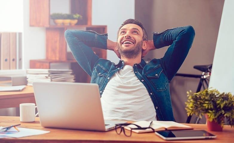 Homem aproveitando para desenvolver um trabalho extra em casa
