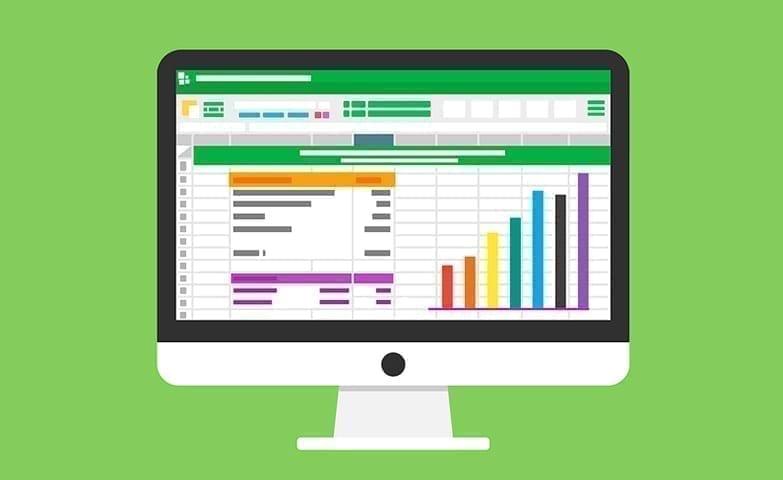 Tela de computador com dashboard cheio de dados de crescimento