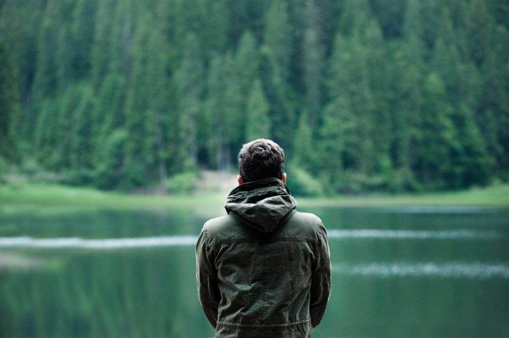 Pessoa sozinha se concentrando para auto hipnose