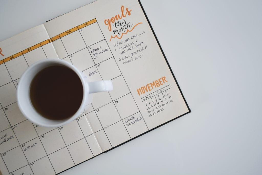 Metas e objetivos escritas em uma agenda