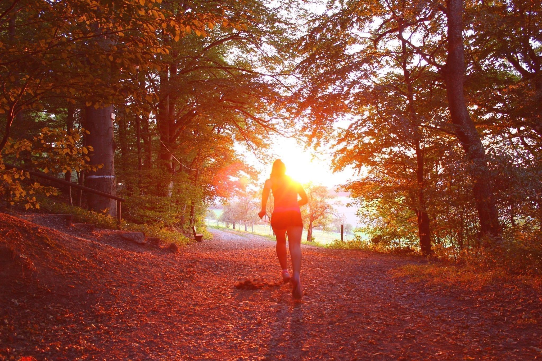 Pessoa fazendo caminhada com intuito de tratar a depressão