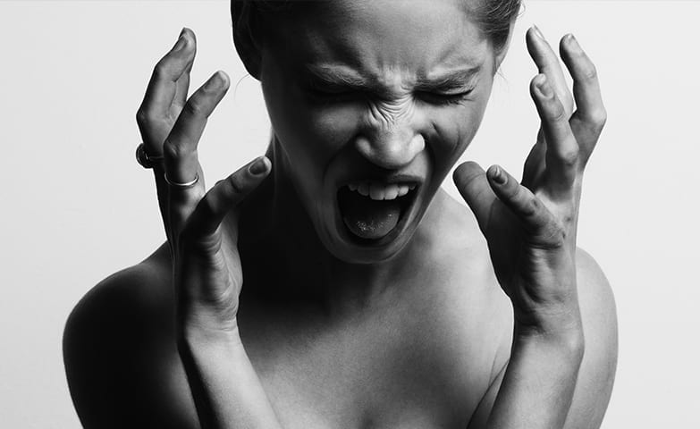 Mulher gritando em desespero