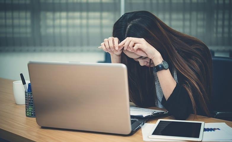 Mulher buscando entender as causas da depressão no trabalho