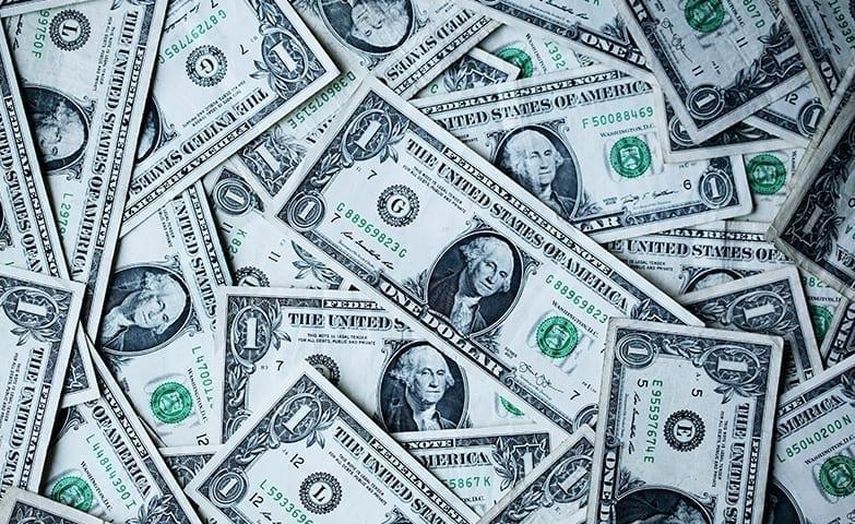 Montanha de notas de dólar para ilustrar abundância